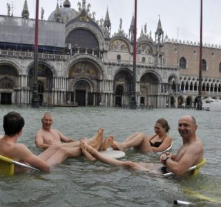 Tourists In Flooded Venice (21 photos)