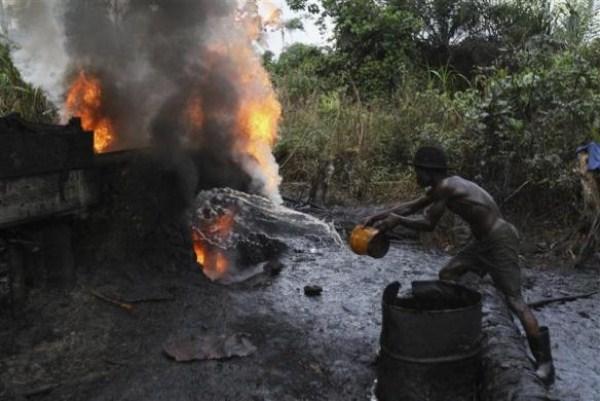 1109 Oil Thieves in Nigeria (30 photos)