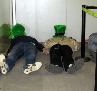Sleeping in Airports (35 photos)