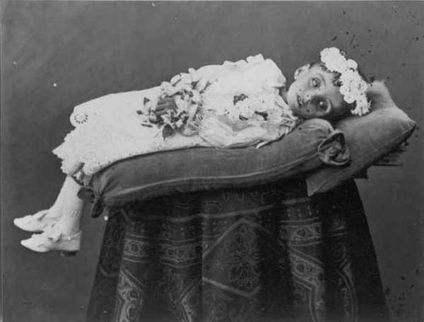 Victorian Photographs of the Deceased Relatives (39 photos) 31