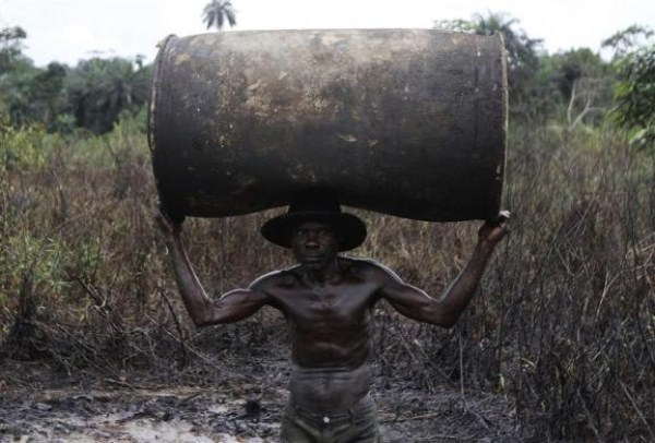 823 Oil Thieves in Nigeria (30 photos)