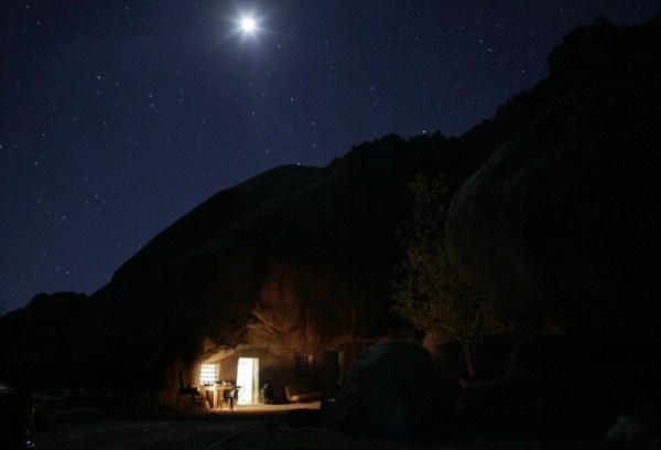 1018 Ο άνθρωπος που ζει κάτω από έναν βράχο (11 φωτογραφίες)