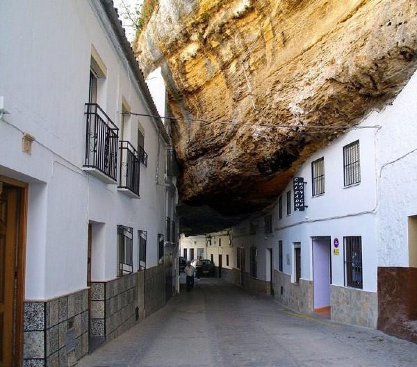 1182 Η Πόλη χτισμένη μέσα στους βράχους (17 φωτογραφίες)