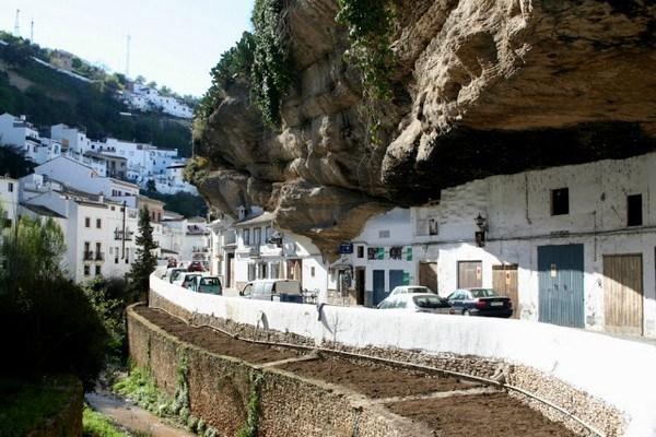 1183 Η Πόλη χτισμένη μέσα στους βράχους (17 φωτογραφίες)
