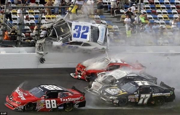 565 Ατύχημα στο NASCAR Daytona 500 (17 φωτογραφίες)