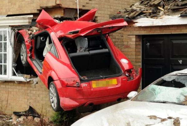 2106 Audi TT συνετρίβη πλευρά του σπιτιού (6 φωτογραφίες)