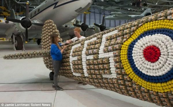Χτισμένο Spitfire 414 από 6500 Αυγό Κουτιά (10 φωτογραφίες)