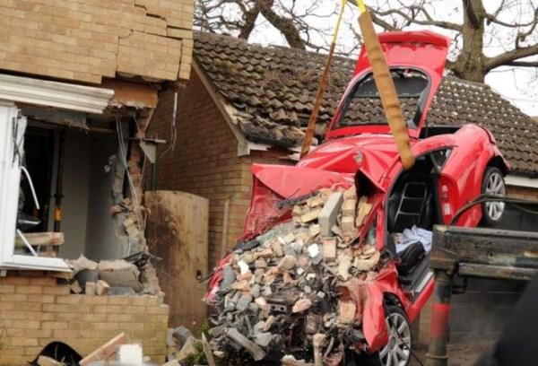 Audi TT 454 συνετρίβη πλευρά του σπιτιού (6 φωτογραφίες)