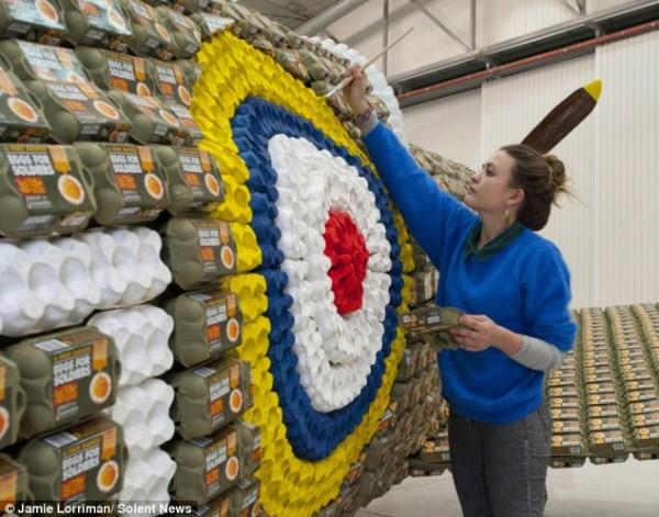 57 Spitfire Χτισμένο από το 6500 Αυγό Κουτιά (10 φωτογραφίες)