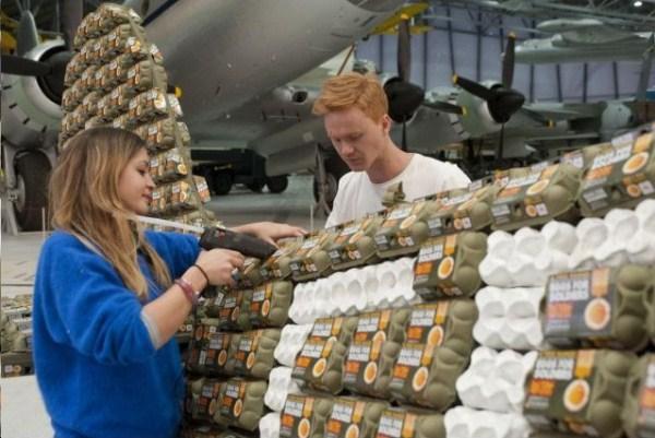 97 Spitfire Χτισμένο από το 6500 Αυγό Κουτιά (10 φωτογραφίες)