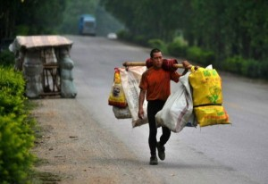 A Chinese Man Who Carries His House On His Back (12 photos) 1