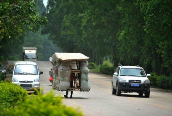 2129 ένας Κινέζος Ποιος φέρει σπίτι του στην πλάτη του (12 φωτογραφίες)