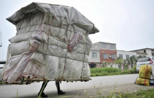 377 Μια κινεζική άνθρωπος που Μεταφέρει σπίτι του στην πλάτη του (12 φωτογραφίες)