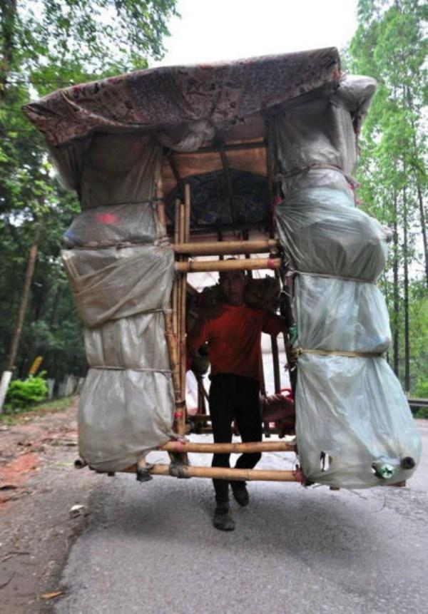 459 Μια κινεζική άνθρωπος που Μεταφέρει σπίτι του στην πλάτη του (12 φωτογραφίες)