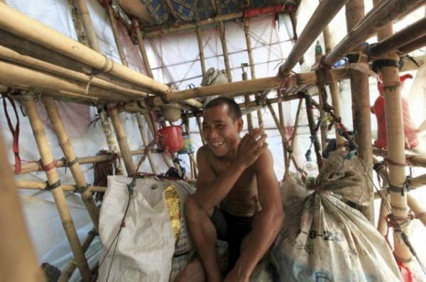 740 Μια κινεζική άνθρωπος που Μεταφέρει σπίτι του στην πλάτη του (12 φωτογραφίες)
