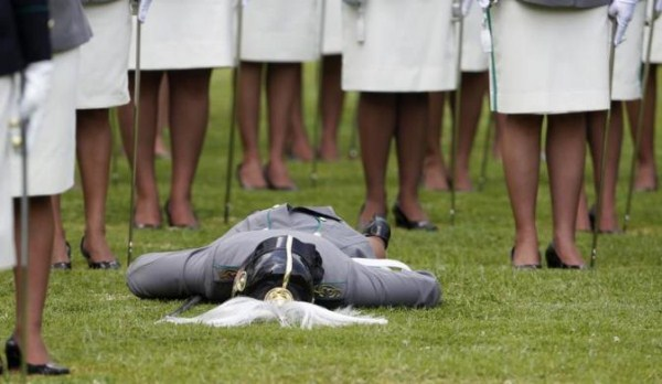 When Soldiers at Attention Pass Out (21 photos) 17