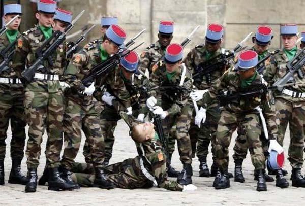 227, όταν οι στρατιώτες στην προσοχή λιποθυμήσετε (21 φωτογραφίες)