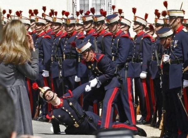 49, όταν οι στρατιώτες στην προσοχή λιποθυμήσετε (21 φωτογραφίες)