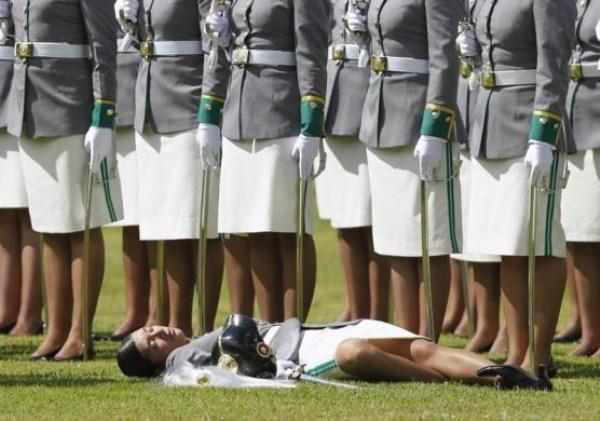 77, όταν οι στρατιώτες στην προσοχή λιποθυμήσετε (21 φωτογραφίες)