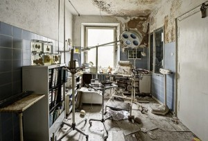 Inside Doctor's Abandoned Mansion (18 photos) 17