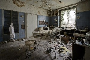 Inside Doctor's Abandoned Mansion (18 photos) 7