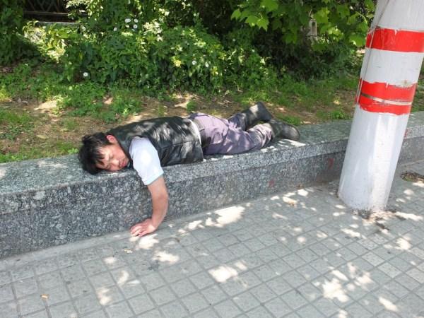 people-sleeping-everywhere (37)