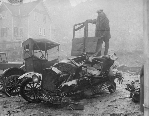 vintage car accidents 161 Old Photos of Car Accidents (51 photos)