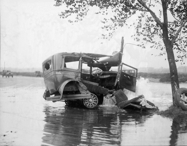 vintage car accidents 191 Old Photos of Car Accidents (51 photos)