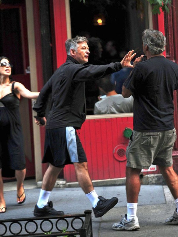 Alec Baldwin vs paparazzo (3)