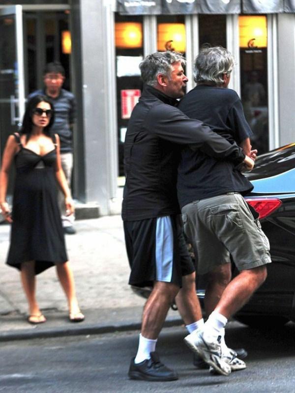 Alec Baldwin vs paparazzo (4)