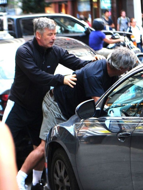 Alec Baldwin vs paparazzo (8)