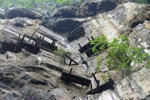 Mysterious Hanging Coffins in China (17 photos) 1