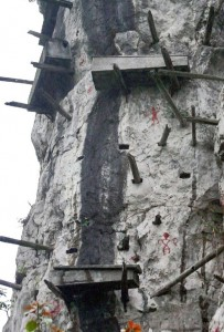 Mysterious Hanging Coffins in China (17 photos) 13