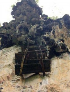 Mysterious Hanging Coffins in China (17 photos) 5