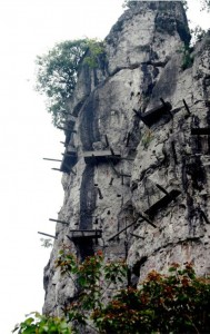 Mysterious Hanging Coffins in China (17 photos) 10