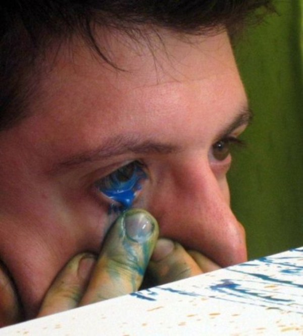 eye squirtingpaint artist 20 Painting with Eyes (26 photos)
