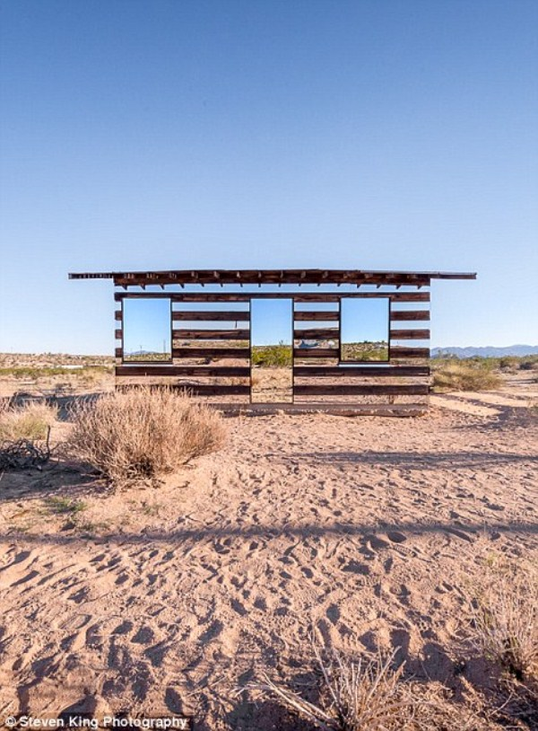 102 Transparent Cabin in the Desert (17 photos)