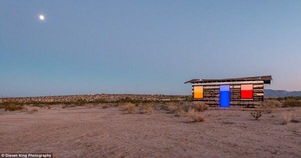 141 Transparent Cabin in the Desert (17 photos)