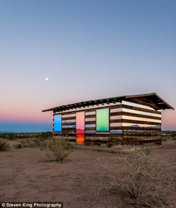 151 Transparent Cabin in the Desert (17 photos)