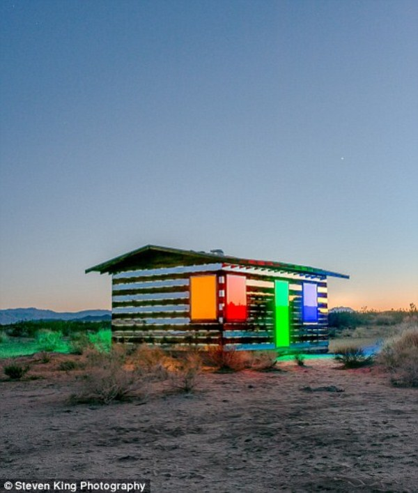 161 Transparent Cabin in the Desert (17 photos)