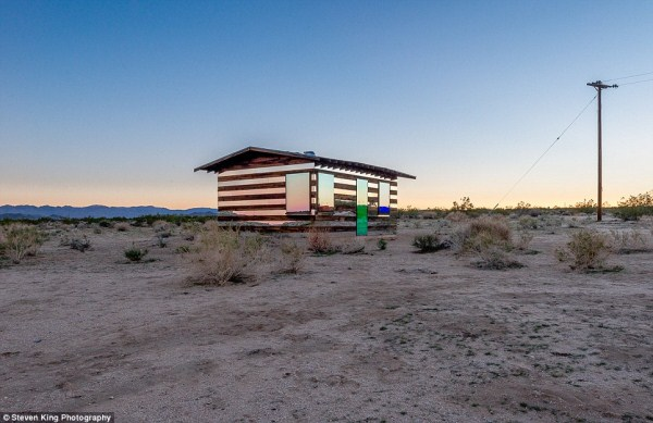 210 Transparent Cabin in the Desert (17 photos)