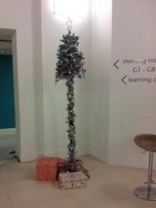 Depressing Office Christmas Decorations (17 photos) 12