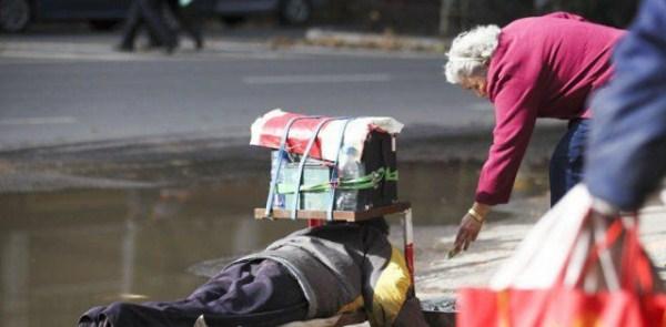the_fraudulent_crippled_chinese_beggar_640_03