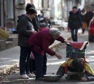 A Fake Handicapped Beggar in China (14 photos) 4