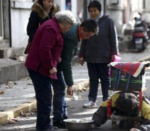 A Fake Handicapped Beggar in China (14 photos) 6