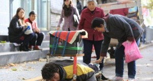 A Fake Handicapped Beggar in China (14 photos) 7