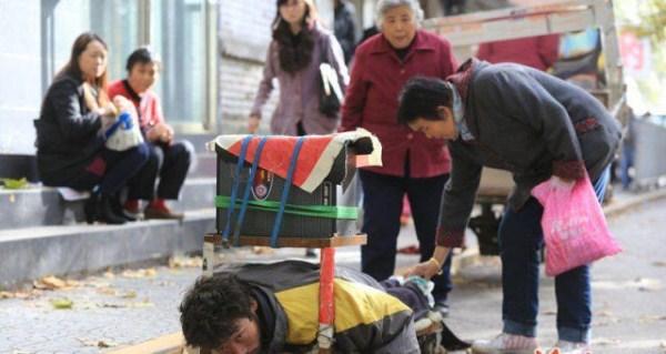 the_fraudulent_crippled_chinese_beggar_640_07