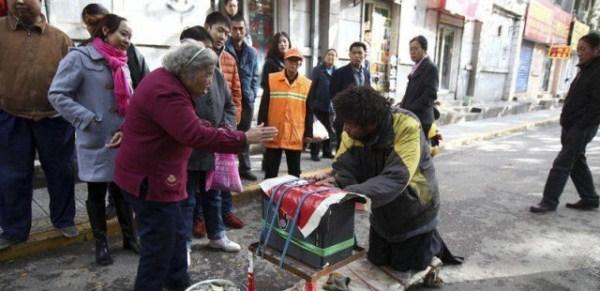 the_fraudulent_crippled_chinese_beggar_640_09