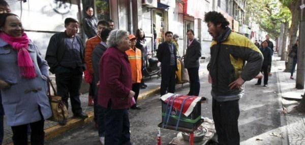 the_fraudulent_crippled_chinese_beggar_640_10