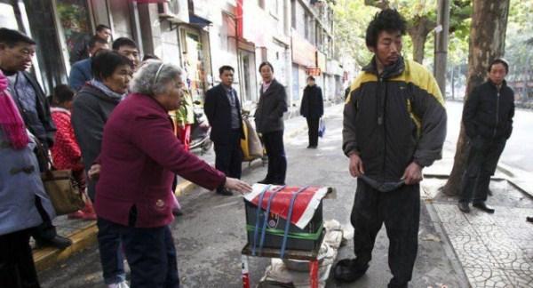 the_fraudulent_crippled_chinese_beggar_640_11